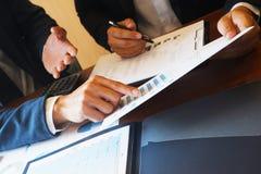 Die Betriebsberatungs-Geschäftsmannsitzung, die Berichtsprojekt gedanklich löst, analysieren lizenzfreies stockbild