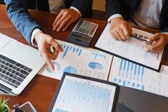 Die Betriebsberatungs-Geschäftsmannsitzung, die Berichtsprojekt gedanklich löst, analysieren stockfotografie