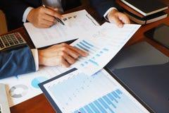 Die Betriebsberatungs-Geschäftsmannsitzung, die Berichtsprojekt gedanklich löst, analysieren lizenzfreie stockfotografie