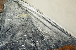Die Bewahrung der Reinheit der Parkettabdeckung mit Folie, wenn die Wände im Raum gemalt werden lizenzfreie stockfotos