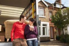 Die beweglichen Paare, die sich an lehnen, ziehen sich vom LKW zurück Lizenzfreies Stockfoto