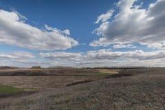 Die Bewegung der Gewitterwolken über den Feldern von Winter whea Stockfoto