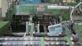 Die Bewegung der Kamera im Drucken versah nähenden Ausschnittmechanismus mit Laschen Sammelhefter Volles HD Schießen eines Schieb stock video