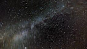 Die Bewegung der Sterne und die Milchstraße im nächtlichen Himmel um den Nordstern Lizenzfreie Stockfotos