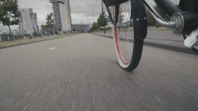 Die Bewegung des Radfahrers auf dem Asphalt von der ersten Person stock footage