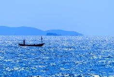 Bewegung eines Bootes in einem ruhigen Meer Stockbilder