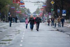 Die Bewohner der Stadt schlendern entlang die Straße Stockfotos