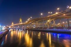 Die Bhumibol-Brücke in der Dämmerung, Bangkok Stockbilder