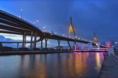 Die Bhumibol-Brücke wird schön nach Sonnenuntergang belichtet Lizenzfreie Stockbilder