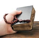 Die Bibel anhaltene und betende Hände Lizenzfreie Stockbilder