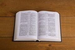 Die Bibel auf einem Holztisch Lizenzfreie Stockbilder