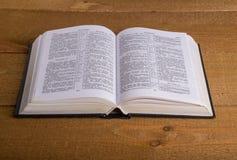 Die Bibel auf einem Holztisch Stockfotos