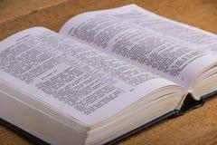 Die Bibel auf einem Holztisch Stockbild