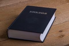 Die Bibel auf einem Holztisch Stockbilder