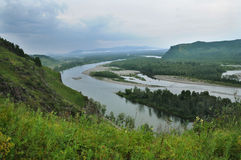 Die Biegung des Flusses zwischen den Bergen Stockfotos