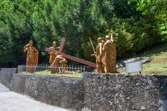 Die bildhauerische Zusammensetzung der Episode des Aufstiegs von Jesus Christ zum Kalvarienberg, das Schongebiet unserer Dame von stockbild