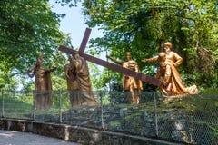 Die bildhauerische Zusammensetzung der Episode des Aufstiegs von Jesus Christ zum Kalvarienberg, das Schongebiet unserer Dame von stockfotografie