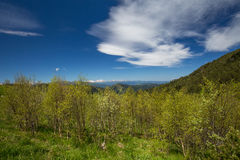 Die Bildung und die Bewegung von Wolken über den Sommersteigungen von Adygea Bolshoy Thach und der Kaukasus Lizenzfreies Stockfoto