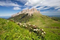 Die Bildung und die Bewegung von Wolken über den Sommersteigungen von Adygea Bolshoy Thach und der Kaukasus Stockbild