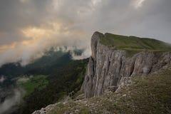 Die Bildung und die Bewegung von Wolken über den Sommersteigungen von Adygea Bolshoy Thach und der Kaukasus Lizenzfreie Stockfotos