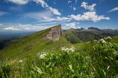 Die Bildung und die Bewegung von Wolken über den Sommersteigungen von Adygea Bolshoy Thach und der Kaukasus Stockfotografie