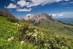 Die Bildung und die Bewegung von Wolken über den Sommersteigungen von Adygea Bolshoy Thach und der Kaukasus Lizenzfreie Stockfotografie