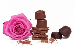 Die bittere und Milchschokolade auf weißem Hintergrund Süßigkeiten Lizenzfreie Stockfotografie