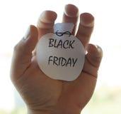 Die Black Friday-Aufschrift auf einem Blatt Papier Stockfoto