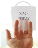Die Black Friday-Aufschrift auf einem Blatt Papier Lizenzfreie Stockbilder