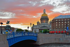 Die blaue Brücke auf dem Moika-Fluss, Kathedrale St. Isaacs und ho Stockfotos
