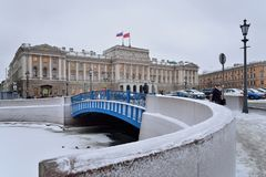 Die blaue Brücke auf dem Moika-Fluss und dem ZAKS von SPb im Winter Lizenzfreies Stockbild