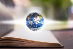 Die blaue Kugel gemacht vom Stahl auf Buch des gebundenen Buches Bildung und ind Lizenzfreie Stockbilder