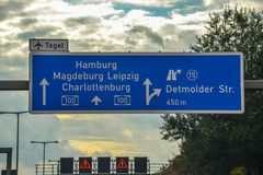 Die blaue Landstraße unterzeichnen herein Berlin stockfotografie
