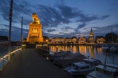 Die blaue Stunde in Lindau-Hafen Lizenzfreie Stockfotos
