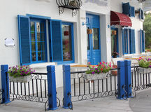 Die blaue Tür, das blaue Fenster und das blaue Geländer Lizenzfreies Stockbild