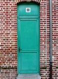 Die blaue Tür und die Backsteinmauer Lizenzfreies Stockfoto