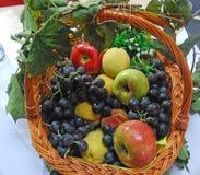 Die blaue Traube und die Äpfel Stockfotografie