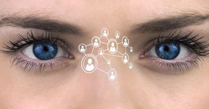 Die blauen Augen der Frau mit Schnittstellenschirm Lizenzfreie Stockfotos