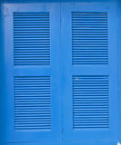 Die blauen hölzernen Fensterrahmen stockfotos