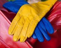 Die blauen und gelben Handschuhe Lizenzfreie Stockfotografie