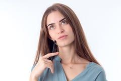 Die Blicke des jungen Mädchens, die fern schwer sind, wird auf weißem Hintergrund lokalisiert Lizenzfreies Stockbild
