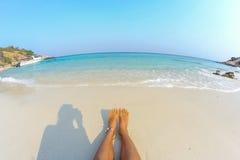 Die bloßen Füße der Frau auf dem Strand Stockbild