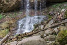 Die Blockierung von Flusssteinen und von Klotz am Fuß des Wasserfalls Stockbild