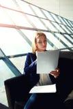 Die blonde Dame, die auf den Zug wartet und machen für den Text vertraut Lizenzfreie Stockbilder