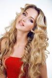 Die blonde Frau der Schönheit mit langem Abschluss des gelockten Haares oben lokalisiert, Frisur bewegt Hollywood, lächelnde glüc Lizenzfreie Stockbilder