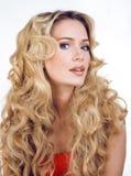 Die blonde Frau der Schönheit mit langem Abschluss des gelockten Haares oben lokalisiert, Frisur bewegt Hollywood, lächelnde glüc Stockbilder