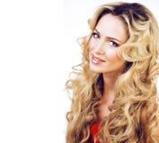 Die blonde Frau der Schönheit mit langem Abschluss des gelockten Haares oben lokalisiert, Frisur bewegt wellenartig Stockfoto
