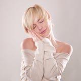 Die blonde Frau mit den Gefühlen des kurzen Haares ausdrucksvoll Lizenzfreie Stockbilder