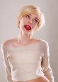 Die blonde Frau mit den Gefühlen des kurzen Haares ausdrucksvoll Lizenzfreies Stockfoto