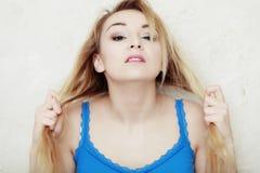 Die blonde Frauenjugendliche, die sie zeigt, beschädigte trockenes Haar Lizenzfreies Stockbild